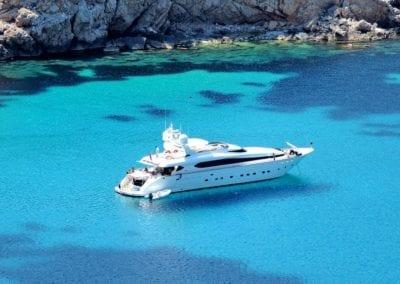 mydaycharter.com Yachtcharter Mallorca Yacht Schlauchboot entspannen Bucht Yachtausflug vor Anker Küste