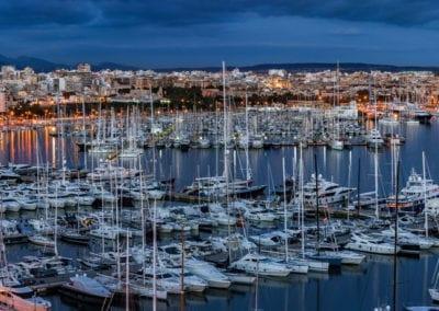 mydaycharter.com Yachtcharter Mallorca Aussicht Palma Abend Hafen Stadt