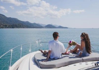 mydaycharter.com Yachtcharter Mallorca Aussicht Paar Sonnendeck Yacht Urlaub entspannen anstossen