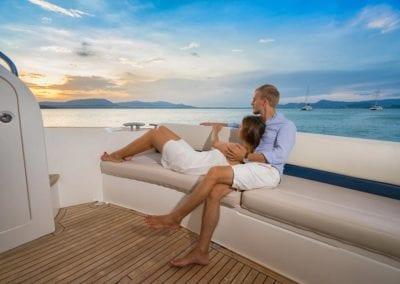 mydaycharter.com Yachtcharter Mallorca Aussicht Paar Sonnendeck Yacht Urlaub entspannen kuscheln Liebe Kleid Shorts Hemd Katamaran Yacht mieten
