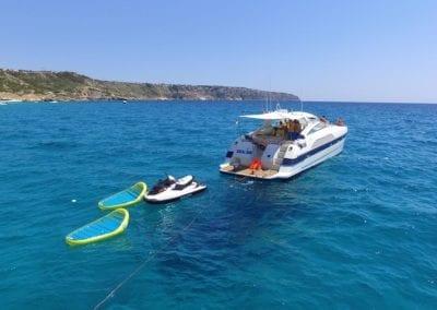 mydaycharter.com Mallorca Yachtcharter Alfamarine auf See Jetski Wasserlounge Sonnenbaden