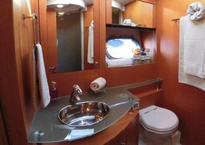 mydaycharter.com Mallorca Yachtcharter Pearl Badezimmer Waschbecken Dusche Handtuch Toilette WC